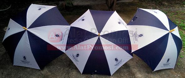 Payung standa warna seling biru putih untuk koperasi Swadana