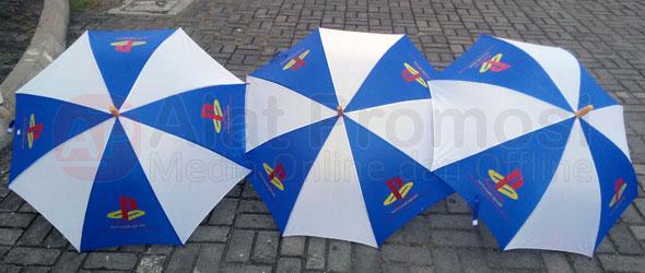 Payung standar warna putih seling biru pesanan Kuta Game Square Bali